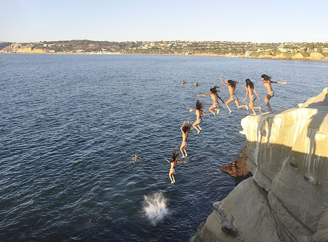 La_Jolla_Cove_cliff_diving_-_02